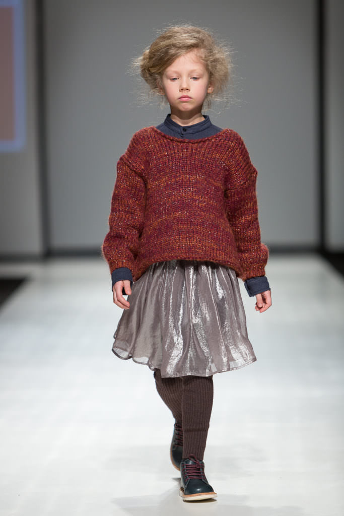 Chunky knit and party skirt combinations for Paade Mode winter 2017 kids catwalk trends