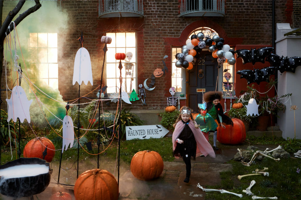 Amazing 40 balloon and bat arch for the house exterior from Meri Meri for Halloween